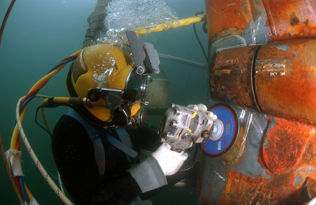 Military diver work